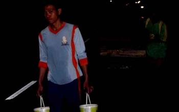 Tiga warga mengambil air dari Sungai Mentaya, untuk memenuhi kebutuhan air di rumahnya. (BORNEONEWS/HAMIM)