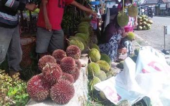 Penjual durian di Buntok, Kabupaten Barito Selatan. (BORNEONEWS/URIUTU DJAPER)