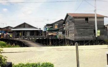 RUMAH PANGGUNG : Saat ini masih banyak rumah panggung di kawasan Flamboyan Bawah. Di kawasan ini nanti waterfront city akan dibangun. BORNEONEWS/TESTI PRISCILLA