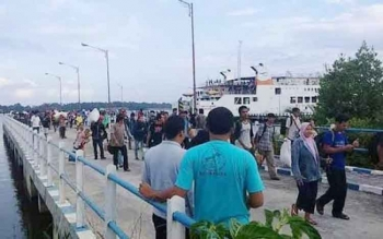 Ratusan penumpang dari Kendal Jawa Tengah tiba di Pelabuhan Roro di Sungai Tempenek Kecamatan Kumai, belum lama ini. BORNEONEWS/CECEP HERDI