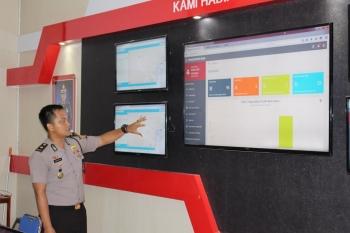 Kabag Ops Polres Barito Utara Kompol RAS Yudhapatie menunjukkan ruangan dan sistem command centre yang menjadi server basis aplikasi Sigap, Selasa (10/1/2017). (BORNEONEWS/RAMADHANI)