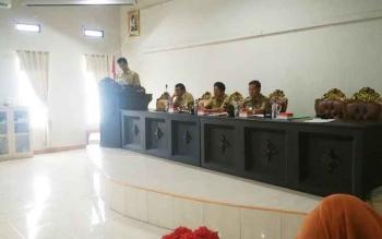 Sekda Barito Utara Jainal Abidin membacakan sambutan Bupati Nadalsyah saat Rapat Koordinasi Pengendalian Pembangunan Daerah Triwulan IV dan Rapim Tepra di Aula Bappeda, Selasa (10/1/2017). (BORNEO/RAMADHANI)