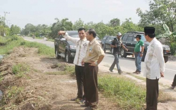 Bupati Kotim Supian Hadi didampingi Wakil Bupati M Taufiq Mukri dan Sekretaris Daerah Putu Sudarsana saat mengecek pembuatan jalan di Kecamatan Mentaya Hilir Selatan. BORNEONEWS/RAFIUDIN