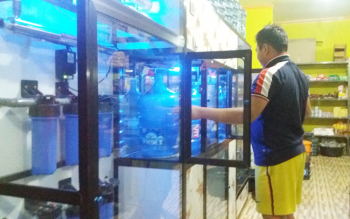 Penjual air minum isi ulang melayani pembeli. Usaha ini ketiban rezeki akibat tidak lancarnya aliran air PDAM. BORNEONEWS/HAMIM