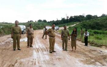 Bupati Lamandau Marukan dan Wabup Sugiyarto beseta pejabat lainnya saat memantau pembangunan jalan. BORNEONEWS/HENDI NURFALAH