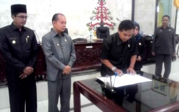 Ketua DPRD Kapuas, Algrin Gasan menandatangani surat persetujuan dukungan terhadap daerah otonomi baru yaitu Kapuas Ngaju pada sidang paripurna ke 13 masa persidangan III Selasa (10/1/2017). BORNEONEWS/ABDUL GOFUR