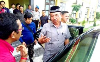 Ketua DPRD Kabupaten Katingan Iqnatius Mantir L Nussa meninggalkan kantor Direktorat Reserse Kriminal Umum Polda Kalteng, Selasa (10/1/2017). (BORNEO/BUDI YULIANTO)