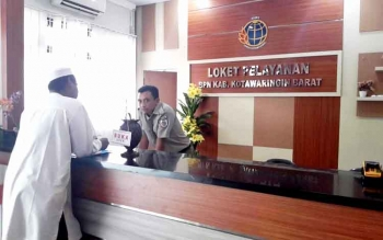 LOKET - Petugas loket BPN saat melayani warga Pangkalan Bun. BORNEONEWS/FAHRUDDIN FITRIYA
