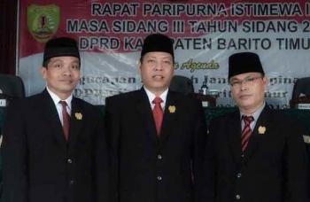 FOTO BERSAMA Ketua DPRD Bartim, Broelalano foto bersama dengan anggota dewan Janjo Briano (kiri) dan Mardiantho (kanan) di sela sidang paripurna. BORNEONEWS/AMAR ISWANI