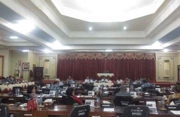RAPAT : Anggota DPRD Barito Timur menggelar rapat memfasilitasi antara masyarakat dan investor yang bersengketa. BORNEONEWS/AMAR ISWANI