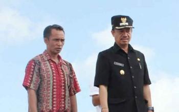 Wakil Bupati Seruyan Yulhaidir bersama tokoh masyarakat saat mengecek ke lokasi perusahaan sawit. BORNEONEWS/PARNEN