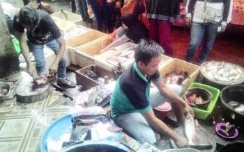 Perdagangan pasar ikan patin di Kapuas. BORNOENEWS/DJIMMY NAPOLEON