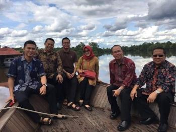 SUSUR SUNGAI : Paulus BW Sopamena (kedua dari kiri) bersama mantan Kepala Kepala BI Kalteng, Muhamad Nur (kanan ujung) saat susur sungai. BORNEONEWS/TESTI PRICILLA\\r\\n