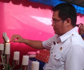 NYALAKAN LILIN : Wakil Bupati Gunung Mas, Rony Karlos menyalakan lilin saat menghadiri perayaan Natal bersama jemaat GKE Kuala Kurun, Rabu (11/1/2017) siang. BORNEONEWS/EPRA SENTOSA