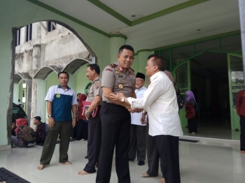 Kapolda Kalteng Brigadir Jenderal Anang Revandoko bersamalam dengan dosen Universitas Muhammadiyah Palangka Raya Suffianor, Rabu (11/1/2017). (BORNEONEWS/BUDI YULIANTO)