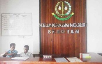 Petugas piket pada kantor Kejaksaan Negeri Seruyan tengah santai sembari menunggu kedatangan tamu, Rabu (11/1/2017). BORNEONEWS/PARNEN