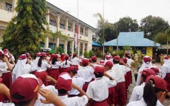 Para murid SDN Mendawai Sukamara saat upacara bendera. BORNEONEWS/NORHASANAH