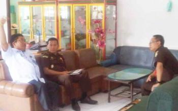 Kasi Eksaminasi dan Eksekusi Kajati Kalteng Dwi Setiadi (kanan). (BORNEONEWS/URIUTU)
