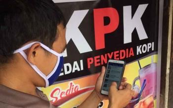BACA BERITA : Salah satu warga Pangkalan Bun, Anton tengan update berita di media online Borneonews, Rabu (11/1/2017). Ia senang karena penyampaian beritanya lebih cepat dan praktis. BORNEO/CECEP