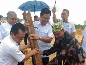 BANGUN GEREJA : Wakil Bupati Gunung Mas, Rony Karlos menancapkan tiang pertama pembangunan Gereja Kurun Seberang, Rabu (11/1/2017). BORNEONEWS/EPRA SENTOSA