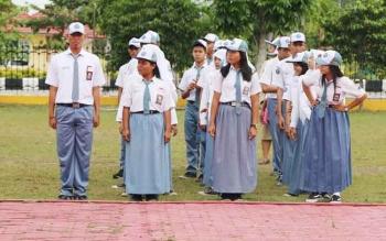 Sejumlah siswa SMA di Sukamara saat upacara di halaman Kantor Bupati Sukamara. BORNEONEWS/NORHASANAH