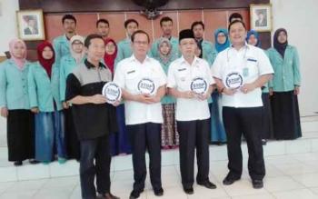 Pj Bupati Barito Selatan Mugeni menyambut mahasiswa KKN Universitas Sebelas Maret, Surakarta, Jawa Tengah, Rabu (11/1/2017). (BORNEONEWS/URIUTU)