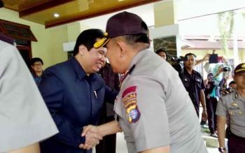 Kapolda Kalteng Brigadir Jenderal Anang Revandoko disambut Rektor Univeritas Palangka Raya Ferdinan. (BORNEONEWS/BUDI YULIANTO)