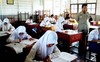 Para siswa mengikuti Ujian Nasional. Dinas P dan K Lamandau mencatat sebanyak 729 siswa SMA/SMK akan mengikuti UN 2017. BORNEONEWS/HENDI NURFALAH