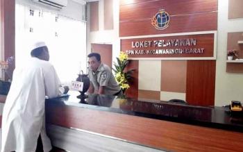LOKET - Petugas loket BPN Kabupaten Kotawaringin Barat saat melayani warga Pangkalan Bun. BORNEONEWS/FAHRUDDIN FITRIYA