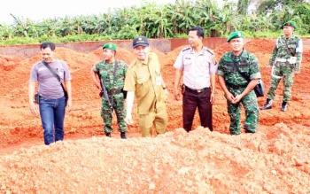 Kepala Distamben Kalteng Ermal Subhan saat mengecek lokasi tambang. BORNEONEWS/M ROZIQIN