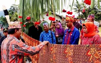 Wakil Bupati Seruyan Yulhaidir menjalani prosesi adat saat berkunjung ke Kecamatan Suling Tambun. Di daerah hulu, termasuk Suling Tambun memiliki potensi wisata alam dan budaya yang belum ditangani dengan baik. BORNEONEWS/PARNEN