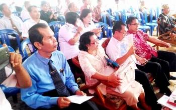IBADAH NATAL: Anggota DPRD Gunung Mas Herbert Y Asin (paling kanan) saat mengikuti ibadah Natal SPB GKE Kuala Kurun, Rabu (11/1/2017). BORNEONEWS/EPRA SENTOSA