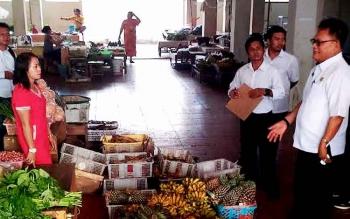 BERBINCANG : Kepala Disperindag Gunung Mas, Yulianus H Umar (kanan) berbincang dengan pedagang di pasar baru, Rabu (11/1/2017). BORNEONEWS/EPRA SENTOSA