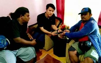 Dua anggota Satgas Kodam XII/Tanjungpura di Perbatasan RI-Malaysia dalam dua hari berturut-turut menerima tiga pucuk senjata api dari masyarakat. BORNEONEWS/PENDAM TANJUNGPURA