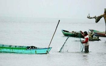 JALA - Sejumlah nelayan di Pantai Kubu Kecamatan Kumai masih menggunakan jala sebagai alat tangkap. Akibat maraknya penggunaan alat tangkap ilegal, pendapatannya jauh menurun. BORNEONEWS/FAHRUDDIN FITRIYA