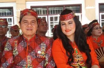 Wakil Ketua I DPRD Bartim Arianto S Muller bersama istrinya saat menghadiri acara