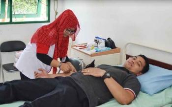 DONOR DARAH : Seorang pendonor tengah mendonorkan darahnya di RSUD Kuala Pembuang.BORNEONEWS/PARNEN