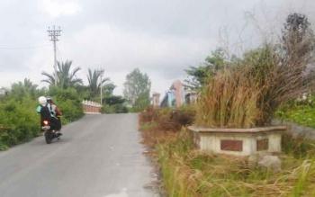 TIDAK TERAWAT : Kondisi jembatan arah lingkar kota di daerah Sungai Mitak tIDak terawat. BORNEONEWS/PARNEN