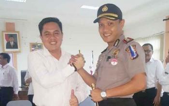 JABAT TANGAN : Wakil Ketua I DPRD Bartim Arianto S Muller, berjabat tangan dengan Kapolres Bartim, AKBP Raden Petit