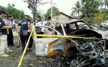 Mobil Toyota Hilux bernomor polisi KH 1007 NW terbakar seusai menabrak kios di Jalan Tjilik Riwut, Km 4 Palangka Raya, Kamis (12/1/2017) sekitar pukul 01.30 WIB. (BORNEONEWS/BUDI YULIANTO)