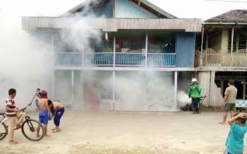PENGASAPAN : Petugas Dinas Kesehatan Lamandau melakukan pengasapan di wilayah endemis DBD. BORNEONEWS/HENDI NURFALAH