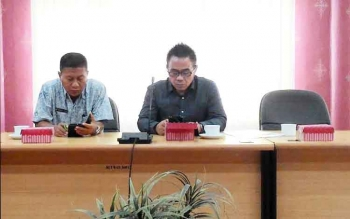 RAPAT : Alfian Batnakanti, Sekretaris Komisi B DPRD Kota Palangka Raya bersama anggota dewan lainnya mengikuti rapat, Kamis (12/1/2017). BORNEONEWS/TESTI PRISCILLA