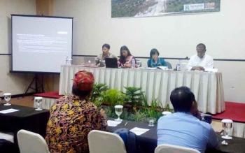 Dialog dan diskusi evaluasi efektivitas Perda Kalteng Nomor 5 Tahun 2011 tentang Pengelolaan Usaha Perkebunan Berkelanjutan, Kamis (12/1/2017). (BORNEONEWS/M ROZIKIN)