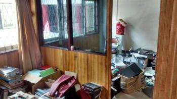 DIREHAB : Sebagian ruangan di DPRD Kota Palangka Raya sedang direhab. BORNEONEWS/TESTI PRISCILLA