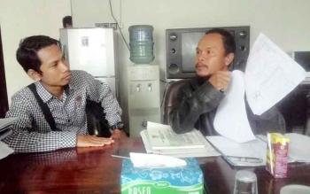 Sugiannor memprotes penggantiannya sebagai Sekretaris Desa Basarang, Kecamatan Basarang, Kabupaten Kapuas. BORNEONEWS/DJEMMY NAPOLEON
