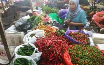 Endah, pedagang cabai di Pasar Pendopo, Muara Teweh, Kabupaten Barito Utara. (BORNEONEWS/RAMADANI)