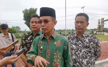Pj Bupati Barito Selatan Mugeni didampingi Kepala Disdik Jumadi (kanan) dan Sekretaris Disdik Edi Suharto (kiri) saat diwawancarai awak media di halaman kantor Disdik, Kamis (12/1/2017). (PPOST/LAILY)