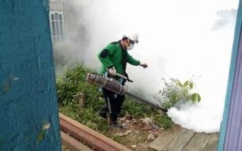 Petugas Dinas Kesehatan Lamandau melakukan fogging fokus, Kamis (12/1/2017), mengetahui ada kasus demam berdarah dengue di Kecamatan Sematu Jaya. BORNEONEWS/HENDI NURFALAH