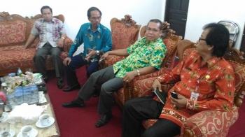 Ketua DPRD Gunung Mas, Gumer (dua dari kiri) berbincang dengan Wakil Ketua Punding S Merang, Anggota DPRD Akerman G Sahidar dan Sekwan Sahiddun, Kamis (12/1/2017). BORNEONEWS/EPRA SENTOSA