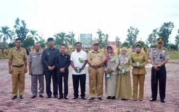 Bupati Sukamara, Ahmad Dirman bersama para pejabat dalam sebuah kegiatan di halaman kantor Bupati Sukamara. Tiga dinas tidak mencapai target perolehan PAD di Sukamara. Yang terendah, Dinas Kesehatan. BORNEONEWS/NORHASANAH